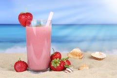 Aardbei smoothie vruchtensap met aardbeienvruchten op stock foto