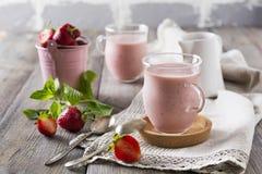 Aardbeibanaan smoothie in een glas op een lichte achtergrond Royalty-vrije Stock Foto's