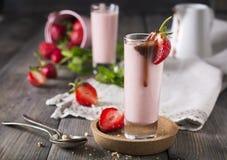 Aardbeibanaan smoothie in een glas op een lichte achtergrond Royalty-vrije Stock Fotografie