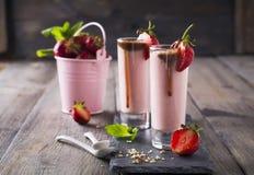 Aardbeibanaan smoothie in een glas op een lichte achtergrond Stock Afbeelding