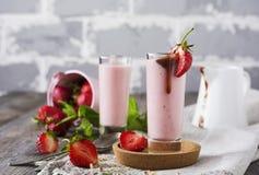 Aardbeibanaan smoothie in een glas op een lichte achtergrond Stock Fotografie