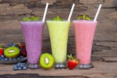 Aardbeibosbes en gezonde de drank van het kiwi smoothies sap de smaak yummy in glas royalty-vrije stock fotografie