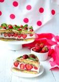 Aardbeicake met banaan en chocolade Royalty-vrije Stock Afbeeldingen
