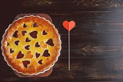 Aardbeicake voor de Dag van Valentine ` s met harten op een houten rug Stock Afbeeldingen