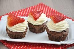 Aardbeichocolade Cupcakes royalty-vrije stock foto