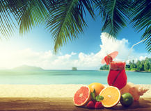 aardbeicocktail en fruit op het strand Royalty-vrije Stock Afbeeldingen