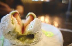 Aardbeidaihuku Is een zachte die rijstcake met zoet boondeeg en een aardbei, Ichigo Daifuku wordt gevuld stock foto's