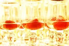 Aardbeien in alcoholische drank Royalty-vrije Stock Foto's