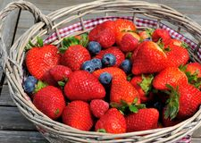 Aardbeien, bosbessen, frambozenmengeling in de mand Stock Foto's