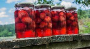 Aardbeien in de fles Stock Foto