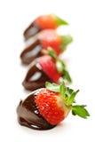 Aardbeien die in chocolade worden ondergedompeld stock foto