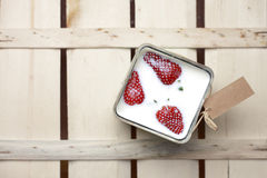 Aardbeien die in melk drijven Stock Afbeeldingen