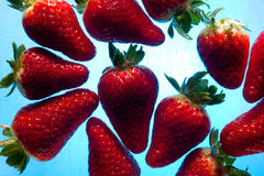 Aardbeien die op Blauw Water drijven royalty-vrije stock foto