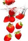 Aardbeien die in water vallen royalty-vrije stock afbeelding