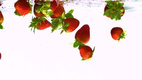Aardbeien die in water vallen