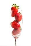 Aardbeien in een glas op witte achtergrond Stock Afbeelding