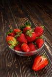 Aardbeien in een glaskom Royalty-vrije Stock Afbeeldingen