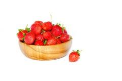 Aardbeien in een houten kom op een witte achtergrond royalty-vrije stock afbeeldingen