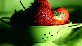 Aardbeien in een klein vergiet stock videobeelden