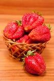 Aardbeien in een kleine pottle op houten lijst royalty-vrije stock afbeeldingen