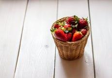 Aardbeien in een kom op een houten achtergrond Het gezonde Eten stock fotografie