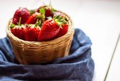 Aardbeien in een kom op een houten achtergrond Het gezonde Eten stock foto
