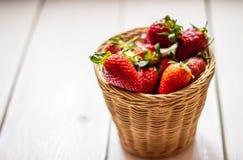 Aardbeien in een kom op een houten achtergrond Het gezonde Eten stock foto's