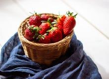 Aardbeien in een kom op een houten achtergrond Het gezonde Eten stock afbeeldingen