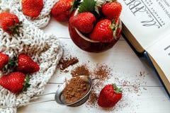 Aardbeien in een kop Stock Fotografie