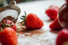 Aardbeien in een kop Stock Afbeeldingen