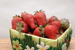 Aardbeien in een mand van manually2 royalty-vrije stock afbeelding