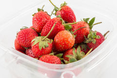 Aardbeien in een plastic doos royalty-vrije stock foto's