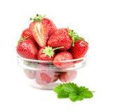 Aardbeien in een transparante plaat Inzameling op witte achtergrond wordt geïsoleerd die Stock Foto