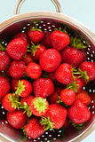 Aardbeien in een vergiet Royalty-vrije Stock Afbeeldingen
