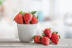 Aardbeien in een witte kom stock foto's