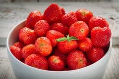 Aardbeien in een witte kom Royalty-vrije Stock Afbeelding