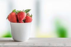 Aardbeien in een witte kop stock foto's