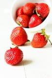 Aardbeien in een witte kop Royalty-vrije Stock Fotografie