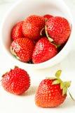Aardbeien in een witte kop Stock Fotografie