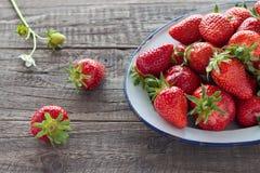 Aardbeien in emailkom Stock Afbeelding