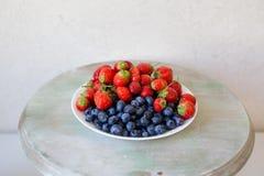Aardbeien en Bosbessen Royalty-vrije Stock Foto's