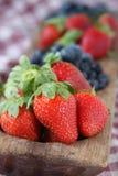 Aardbeien en Bosbessen in Houten Schotel Stock Foto's