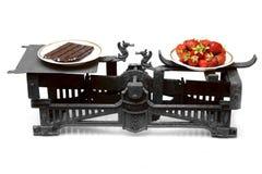 Aardbeien en chocolade op verschillende koppen uitstekende schalen Royalty-vrije Stock Foto