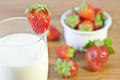 Aardbeien en een Glas Melk Stock Foto