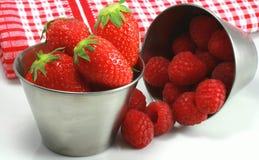 Aardbeien en frambozen Stock Afbeeldingen