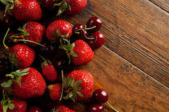 Aardbeien en kersen royalty-vrije stock afbeeldingen