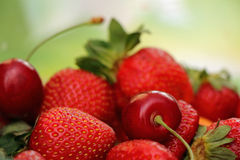 Aardbeien en Kersen Stock Foto