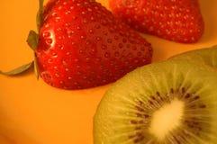 Aardbeien en Kiwi Stock Foto's