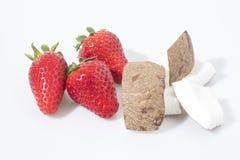 Aardbeien en kokosnotensamenstelling op een witte achtergrond royalty-vrije stock afbeeldingen