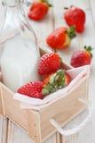 Aardbeien en melkfles Stock Fotografie